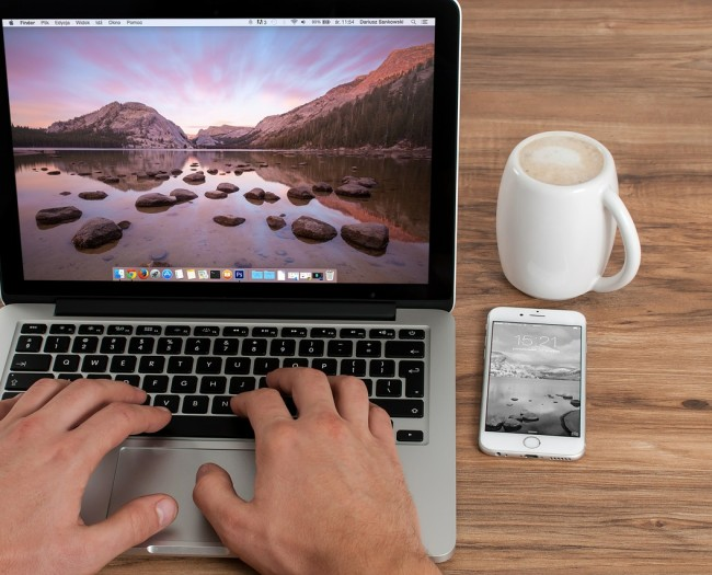 Programista – facet z kubkiem kawy?