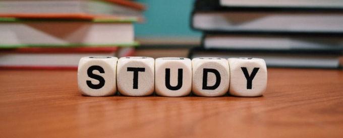 Nauka programowania – na co zwrócić uwagę wybierając studia, stacjonarne szkolenie z programowania lub projekt online?